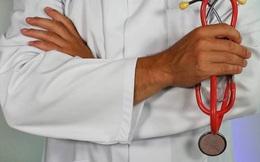 Người đàn ông hành nghề bác sĩ suốt 4 năm bị phanh phui học chưa hết tiểu học