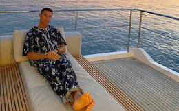 """Ronaldo bất ngờ thay đổi phong cách """"sống ảo"""", fan hỏi thăm: Mặc áo ngủ đắt tiền sao mặt vẫn nhăn nhó thế này?"""
