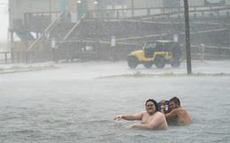 Bão Sally đổ bộ vào Mỹ: Bãi đỗ xe thành bể bơi khổng lồ, người dân bơi lội dưới mưa lớn