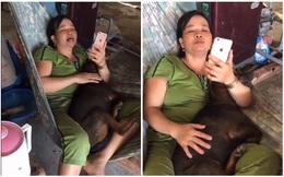 """Mẹ ôm """"boss"""" hát ru, thấy con gái lại gần liền nạt: """"Đi ra cho nó ngủ"""""""