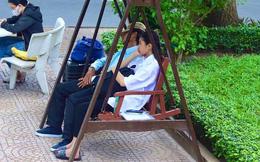 Người cha trùm kín mũ, ngủ thiếp trên băng ghế dài ngày con nhập học: 'Ở lại ráng học nha con, ăn uống đầy đủ, thiếu gì bảo ba'