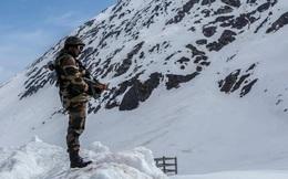 """Ấn Độ: Phát hiện lính Trung Quốc """"lũ lượt nằm cáng"""" rời khỏi các cứ điểm trên núi"""