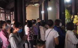 VIDEO: Người dân vẫn tấp nập đi lễ chùa Rằm tháng 7 bất chấp dịch bệnh Covid-19
