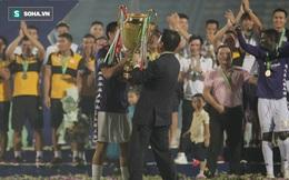 Nhận cúp từ Văn Quyết, bầu Hiển ăn mừng theo cách cực sung khiến cầu thủ Hà Nội bất ngờ