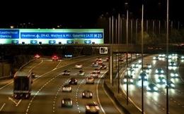 Nhoài người ra cửa sổ ô tô để quay video, cô gái người Anh ngã nhào xuống đường cao tốc