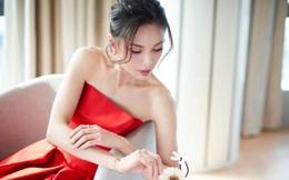 'Tiểu Long Nữ' Lý Nhược Đồng 54 tuổi gợi cảm với váy ngắn vai trần