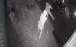 Bắt 4 thanh thiếu niên rình rập phụ nữ trong đêm bị camera ghi hình