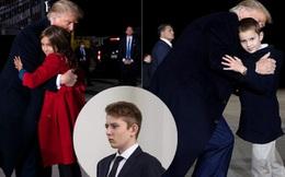 """""""Hoàng tử Nhà Trắng"""" Barron Trump vắng mặt trong sự kiện lớn của bố, sự chú ý tập trung lên 2 nhóc tì được Tổng thống Mỹ ôm hôn âu yếm"""