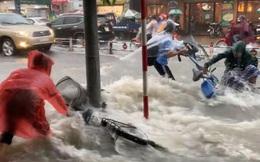 Thót tim cảnh học trò bất chấp đạp xe về nhà giữa lúc mưa bão, bị nước cuốn trôi; cặp sách, xe đạp văng xa cả mét