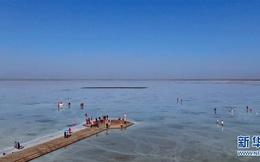 """Cận cảnh hồ muối được ví như """"tấm gương của bầu trời"""" tại Trung Quốc"""