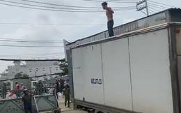 """Người đàn ông ngáo đá cầm hung khí chặn xe tải ở quốc lộ 13 rồi """"quậy"""" khiến người dân hoảng sợ"""