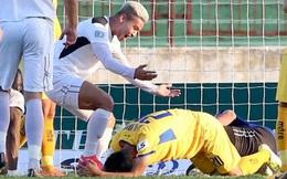 Văn Đức gục ngã sau khi sút hỏng penalty, Văn Thanh ăn mừng như vừa có bàn thắng
