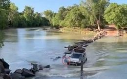 """Tài xế vô tình """"cán"""" qua cá sấu ở """"khúc sông tử thần"""" Cahills Crossing (Australia)"""