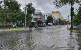 Kiên Giang mưa lớn, nhiều tuyến đường biến thành 'sông'