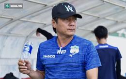 GĐKT Lee Tae-hoon trầm ngâm đi bộ, cầu thủ HAGL tươi cười dưới thời 2 HLV độc nhất vô nhị