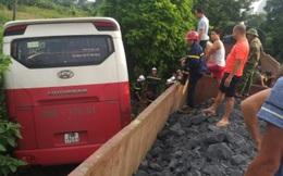 Hà Nội: Tàu hoả tông ô tô 45 chỗ đưa đón học sinh văng khỏi đường