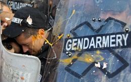 24h qua ảnh: Người biểu tình ném trứng vào cảnh sát chống bạo động