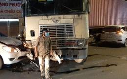 """Xe container """"làm xiếc"""" cày nát dải phân cách, đâm ô tô, taxi trên phố Sài Gòn, nhiều người hoảng loạn"""