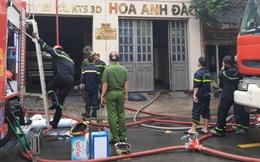 Cháy công ty may mặc Hoa Anh Đào ở Sài Gòn, 5 người cột dây vải leo xuống đất, 2 người khác được cảnh sát cứu