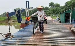 """Gần 800 người dân """"run rẩy"""" đi qua cầu phao mỗi khi vào mùa mưa bão"""