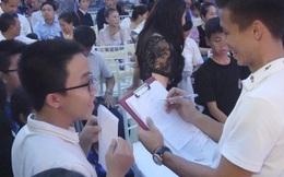 """Góc """"bá đạo"""": Cậu học sinh đem bài kiểm tra điểm 10 đi xin chữ ký tuyển thủ Việt Nam"""