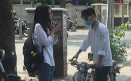 Sự cố ngày khai giảng khiến 2 học sinh đứng ngẩn giữa đường, ai nấy nhìn vào bánh xe cũng sửng sốt: Làm gì đến nông nỗi này?