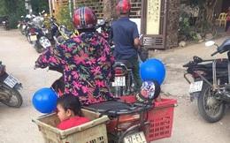 Xúc động hình ảnh người bà nghèo chở 2 cháu đi khai giảng trên chiếc xe thu mua phế liệu: 'Có bà, cháu có tất cả'