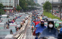 Ngày đầu tuần mưa lớn, nhiều tuyến phố Hà Nội ùn tắc dài