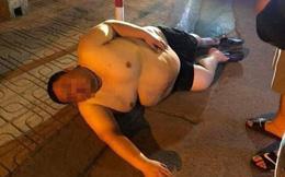 """Bức ảnh người đàn ông to béo say xỉn nằm ngủ trên đường bị """"đào mộ"""", thân hình của anh ta khiến tất cả câm nín"""