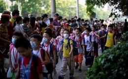 24h qua ảnh: Phụ huynh xếp hàng chờ con đến trường ở Trung Quốc