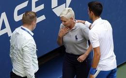 """Fan Djokovic """"dọa giết"""" trọng tài bị đánh trúng cổ"""