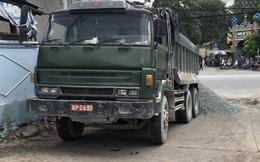 Xe ben gắn biển số quân đội giả, đổ đá xuống đường ngăn CSGT khi bị truy đuổi ở Đồng Nai