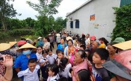 Phụ huynh phản đối sáp nhập trường, hàng trăm trẻ không được đi học