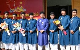 Nam cán bộ công chức mặc áo dài ngũ thân đến công sở