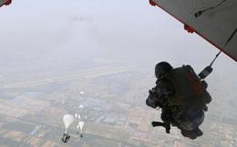Lính dù và thiết bị hạng nặng Trung Quốc đổ bộ giáp biên giới Ấn Độ