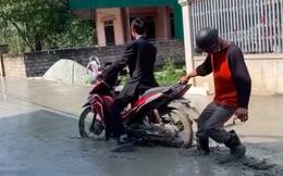 Clip: Người đàn ông phi xe vào đường đang làm, thanh niên chạy ra giúp thì từ chối, tự làm khó mình