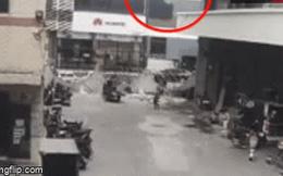 Video: Lạnh người cảnh nữ công nhân bị giường sắt rơi từ tầng 3 trúng đầu