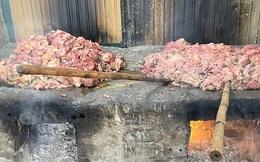 Thu gom thịt bẩn về chế biến lấy mỡ bán cho các quán cơm rang