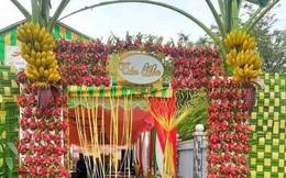 Dân mạng cười bò với chiếc cổng cưới được làm từ quả thanh long và... chuối, khách đến dự tiệc xong có thể tiện tay vặt một trái về nhà!?