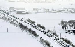 Hơn 1.200 phương tiện mắc kẹt do tuyết rơi dày đặc ở Nhật Bản