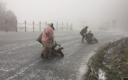 Gần 2 ngày mặt đèo Ô Qúy Hồ đóng băng, tài xế ăn ngủ trên xe, người đi xe máy ngã dúi dụi