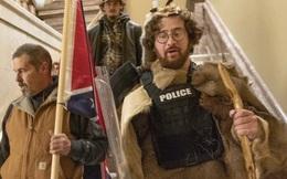 Con trai Thẩm phán Tòa tối cao New York mặc đồ lông thú bị tố làm loạn tại quốc hội Mỹ