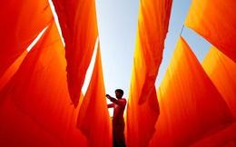 24h qua ảnh: Công nhân phơi khô vải tại xưởng nhuộm
