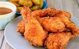 Làm thế nào để chiên gà bằng dầu ăn không bị sống?