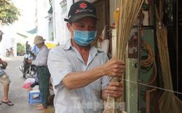 Người Sài Gòn tất bật làm chổi đót bán Tết