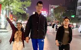 """Việt Hương khoác tay """"người khổng lồ"""" Trần Ngọc Tú đi dạo ở Hải Phòng gây chú ý"""
