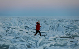 7 ngày qua ảnh: Cô gái đi qua những tảng băng trên mặt hồ đông cứng