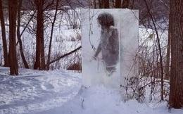 """Người thượng cổ bị mắc kẹt trong tảng băng to tướng ngay giữa công viên khiến """"cõi mạng"""" dậy sóng, dân địa phương hoang mang"""