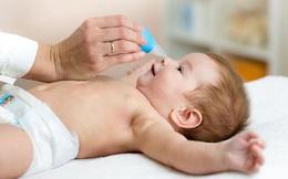 """Rất nhiều mẹ Việt """"thích"""" rửa mũi cho con: Bác sĩ Nhi cảnh báo tác hại nguy hiểm khi rửa không đúng cách"""