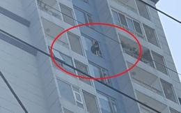 Cảnh sát giải cứu cô gái khoảng 25 tuổi leo lan can tầng 15 chung cư ở Sài Gòn